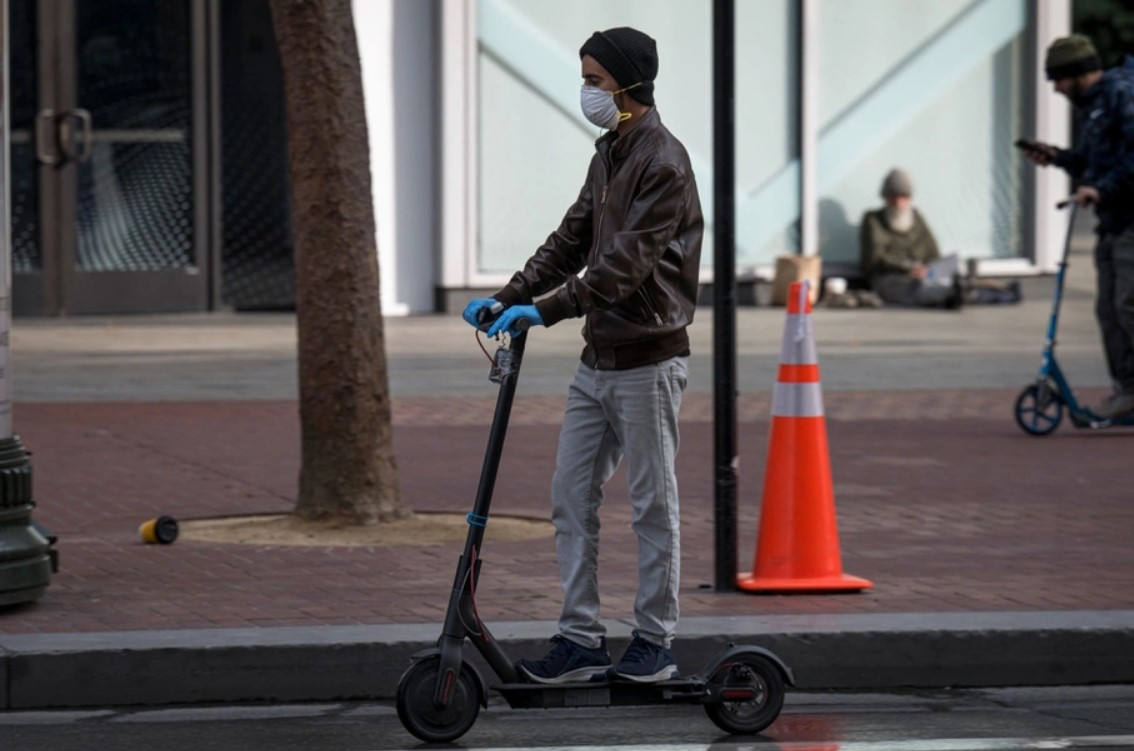 Is there room for scooters in a pandemic? We may find out. David Paul Morris/Bloomberg - πηγή: https://www.citylab.com/perspective/2020/04/electric-scooters-coronavirus-bird-lime-bikesharing/610060/?utm_source=hootsuite&utm_medium=facebook&utm_term=&utm_content=194e4ce4-4fd8-439f-a61e-2b607c7b6fd0&utm_campaign=General