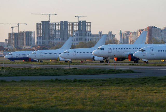A view shows old airplanes at the Kiev International Airport in Kiev, Ukraine April 8, 2020. REUTERS/Gleb Garanich - πηγή: https://www.in.gr/2020/05/02/economy/diethnis-oikonomia/o-koronaios-kovei-ta-ftera-ton-aeroporikon-poies-etairies-kolossoi-zitoun-kratiki-voitheia/